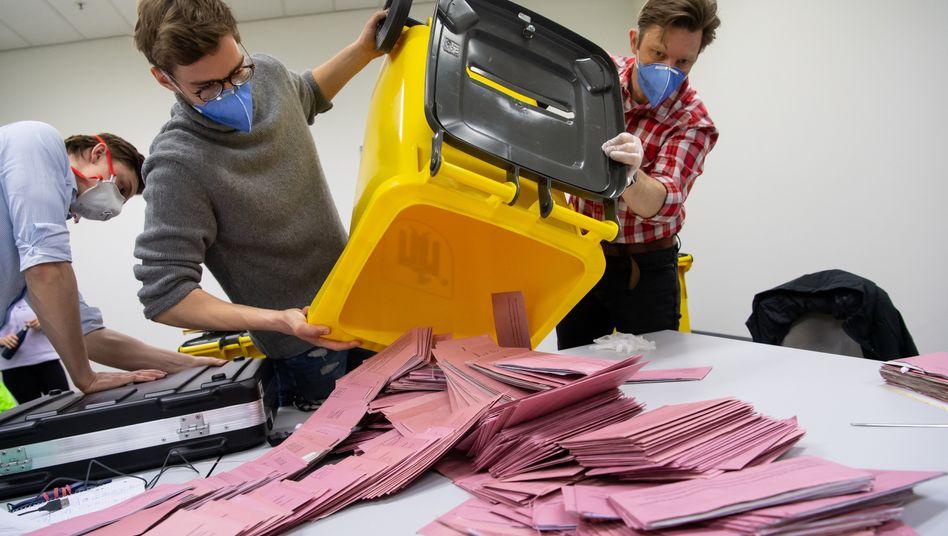 Wahlhelfer in München vor der Auszählung: Wegen Corona war die Stimmabgabe nur per Brief möglich