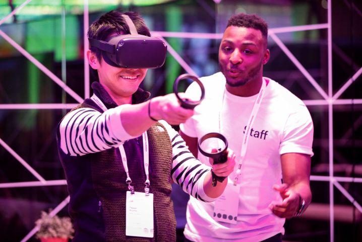 Besucher mit VR-Brille auf der Entwicklerkonferenz