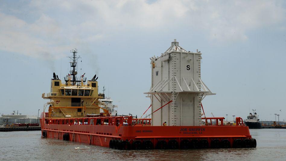 Stahlkuppel auf dem Weg zur Unglückstelle: 113 Tonnen schwer, zwölf Meter hoch