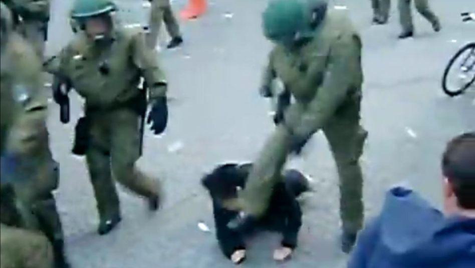 """Tritt eines Berliner Polizisten gegen einen Demonstranten: """"Missverstandenes Wir-Gefühl"""""""