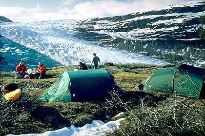 """Zelten am """"schwarzen Eis"""": Der Svartisen-Gletscher ist von feinem Geröllstaub bedeckt"""