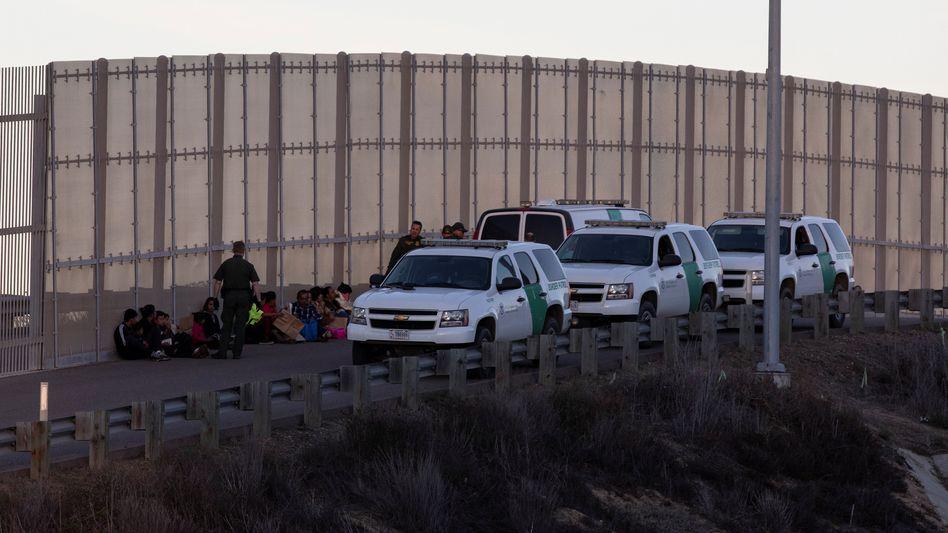 CBP-Mitarbeiter nehmen in Kalifornien Migranten aus Mittelamerika fest