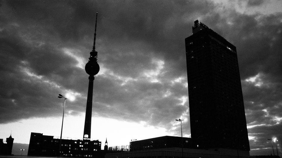Ost-Berliner Alexanderplatz in Düsternis: Die Suizidraten in der DDR blieben lange unter Verschluss