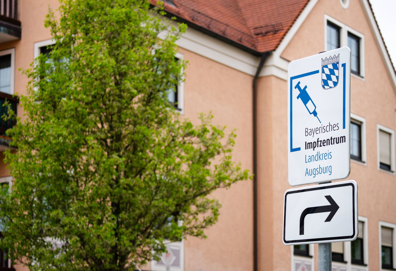 bobingen, augsburg - land, bavaria, germany - 04 may 2021: sign pointing the way to the bavarian vaccination center in t