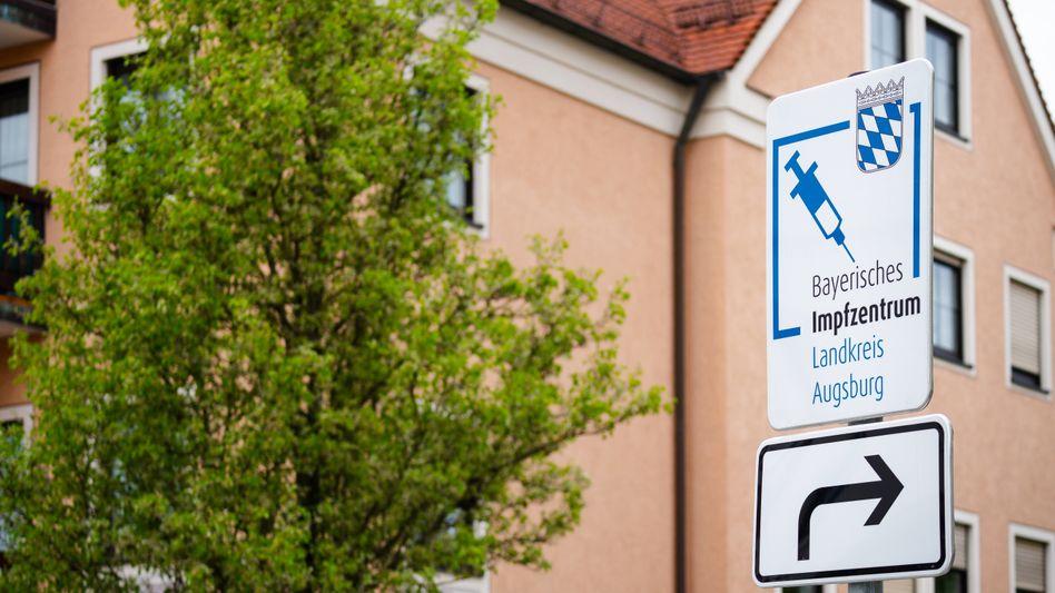 Ein Straßenschild zeigt den Weg zum Impfzentrum (Archiv): Ermittlungen wegen fahrlässiger Körperverletzung