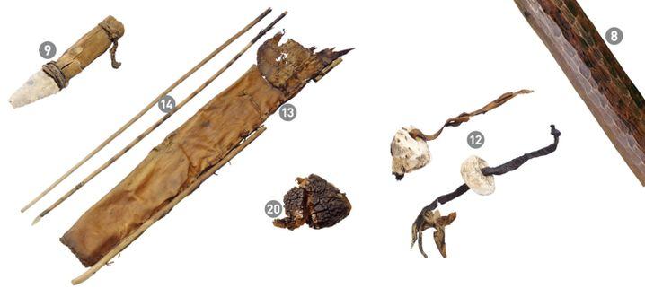 Requisiten von Ötzi (von links nach rechts): Steindolch, Pfeile und Bogen, Köcher, Zunderschwamm, Birkenporling-Pilz, Birkenrinde