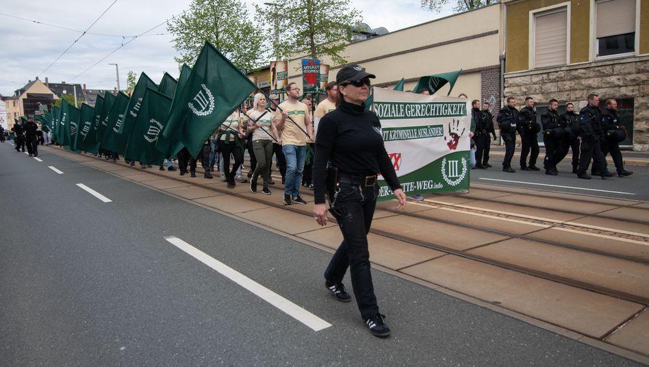 Naturheilerin G. auf Demo des »Dritten Weges« (am 1. Mai 2019 im sächsischen Plauen): Bilder wie in einem Riefenstahl-Film