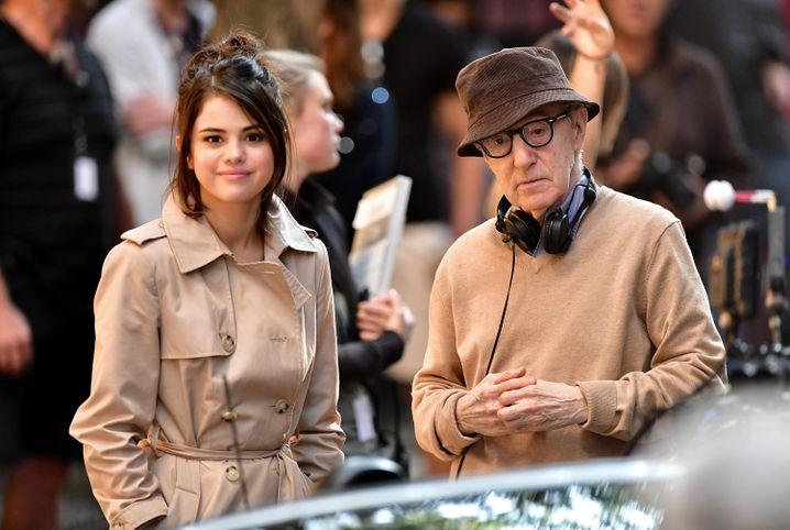 """Woody Allen und Selena Gomez bei den Dreharbeiten zu seinem bisher letzten Film """"A Rainy Day in New York""""."""