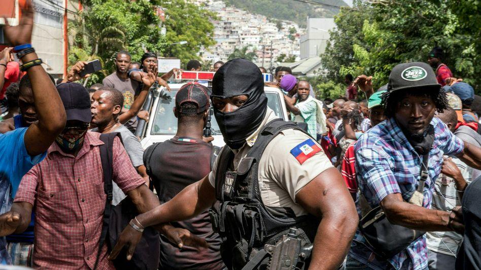 Proteste vor der Polizeistation in Port-au-Prince, in der die Tatverdächtigen vernommen werden