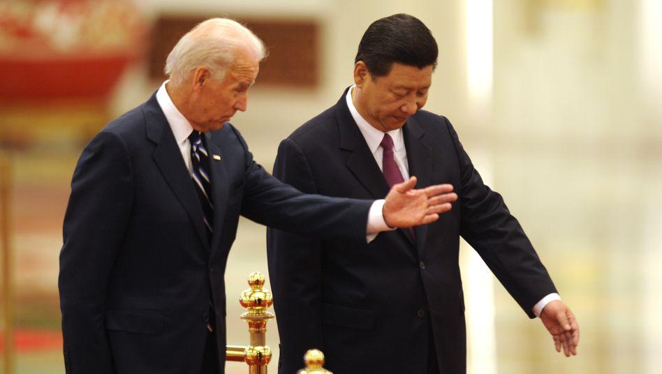 Joe Biden mit dem heutigen Präsidenten Chinas, Xi Jinping, im Jahr 2011 (Archivbild)