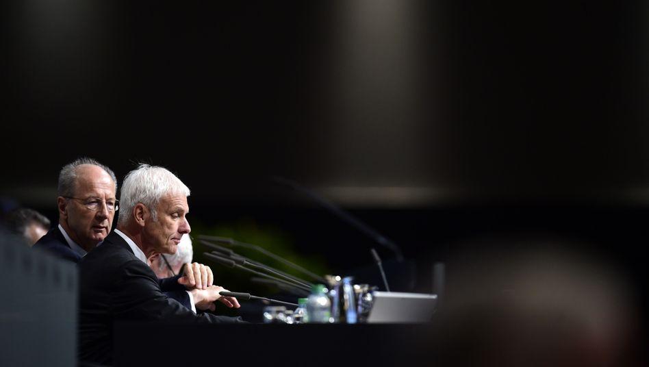 Aufsichtsratschef Pötsch, Konzernchef Matthias Müller auf der Hauptversammlung am 10. Mai