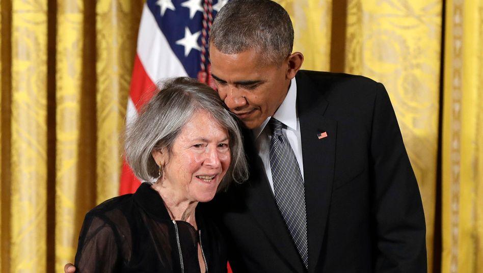 Louise Glück 2016 mit Barack Obama, als sie die National Humanities Medalbekam