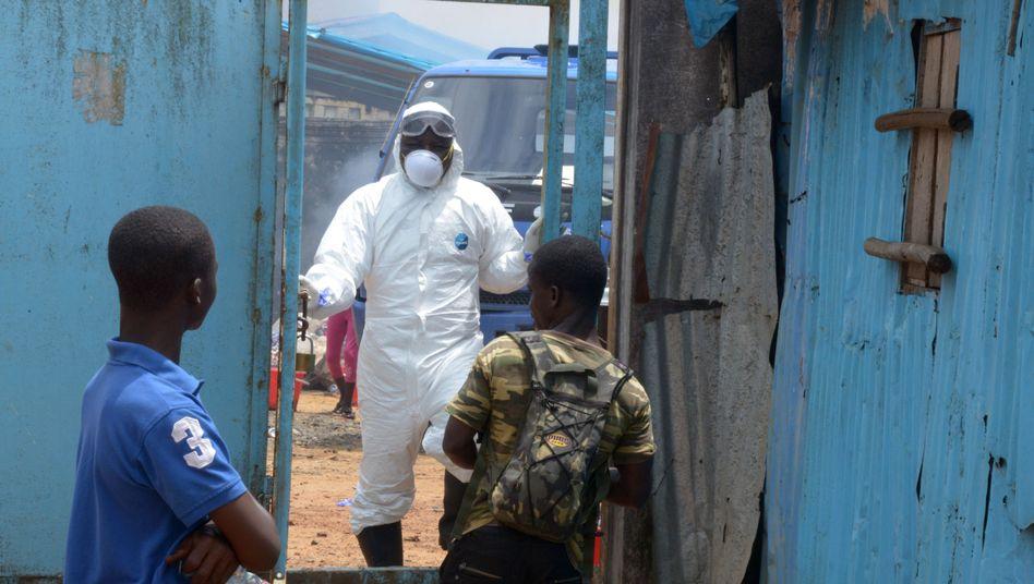 Ebola-Helfer in Liberia (Archivaufnahme): Die Epidemie breitet sich weiter aus