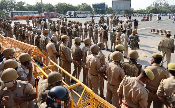 Polizisten blockieren die Grenze zwischen Delhi und Uttar Pradesh