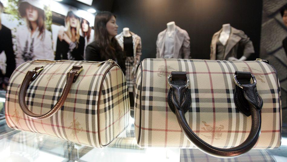 Gefälschte Burberry-Tasche (l.) und das Original (Archivfoto)