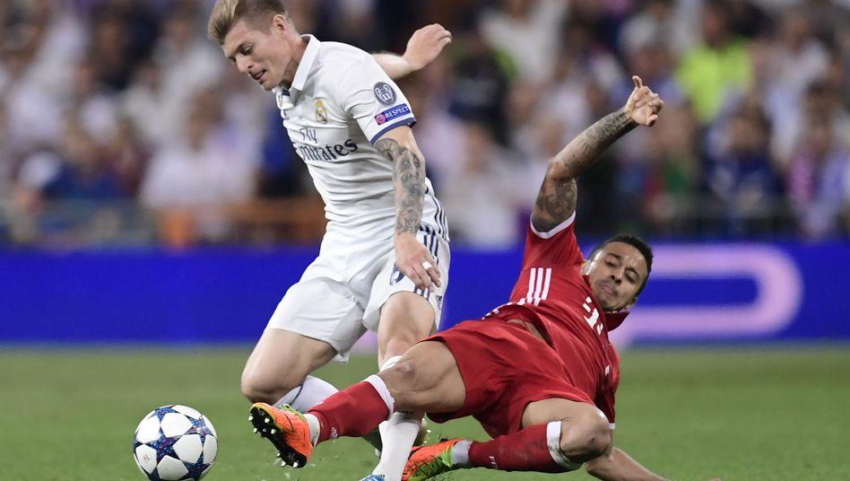 Thiago Alcantara (rechts) gegen Toni Kroos