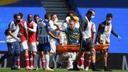 Leno verletzt sich offenbar schwer - und beschimpft von der Trage seinen Gegenspieler
