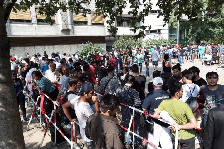 Flüchtlingsschlange vor dem Landesamt für Gesundheit und Soziales in Berlin