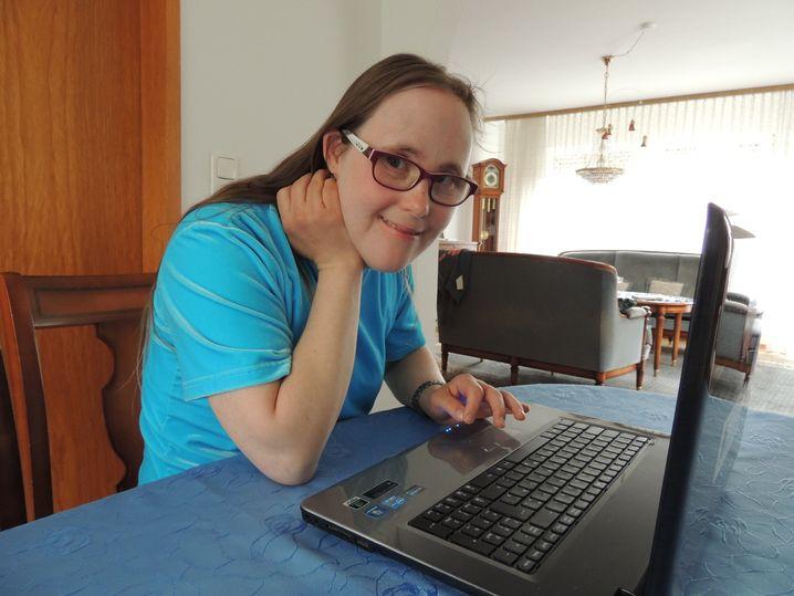 Carina Kühne schreibt am Laptop für ihren Blog
