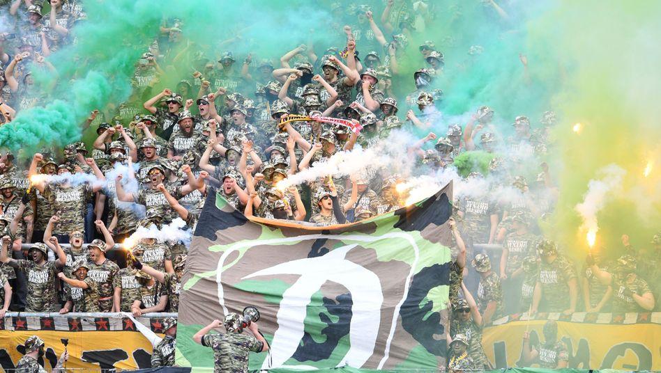 Ultras von Dynamo Dresden im Mai in Karlsruhe