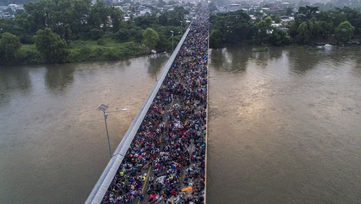 Auf Autoreifen und Holzpaletten: Migranten versuchen Fluß zu überqueren