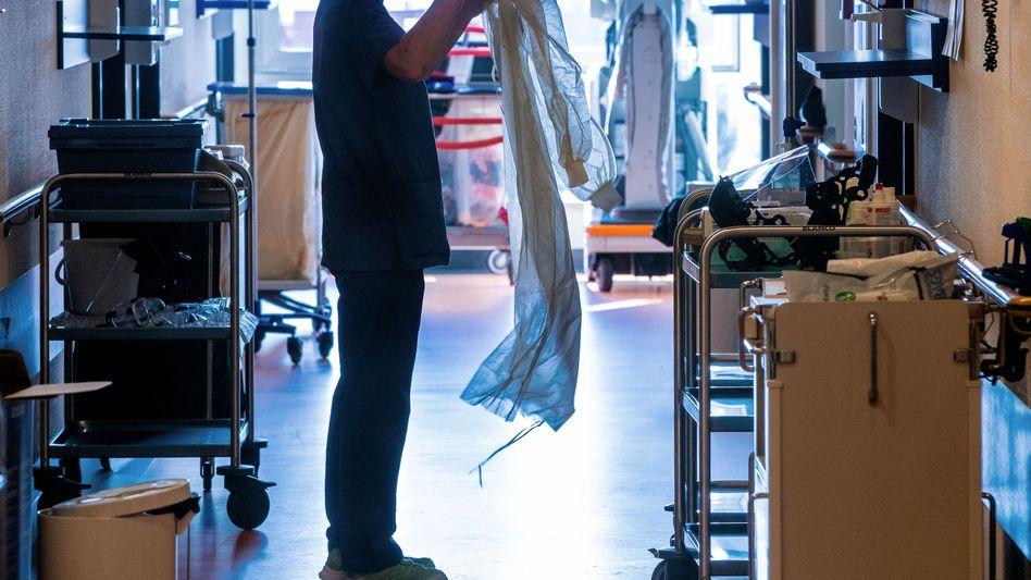 """Isolierstation in einem Krankenhaus in Mecklenburg-Vorpommern: """"Jeder versucht, sich zu bereichern"""""""