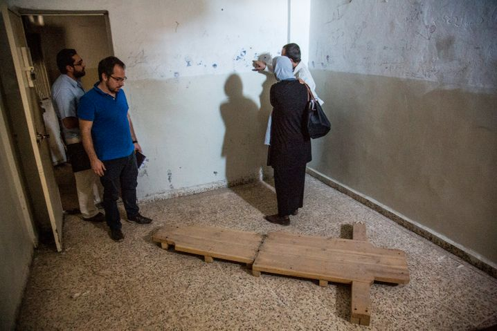 """The torture device known as the """"flying carpet"""" in the state security building in Raqqa."""
