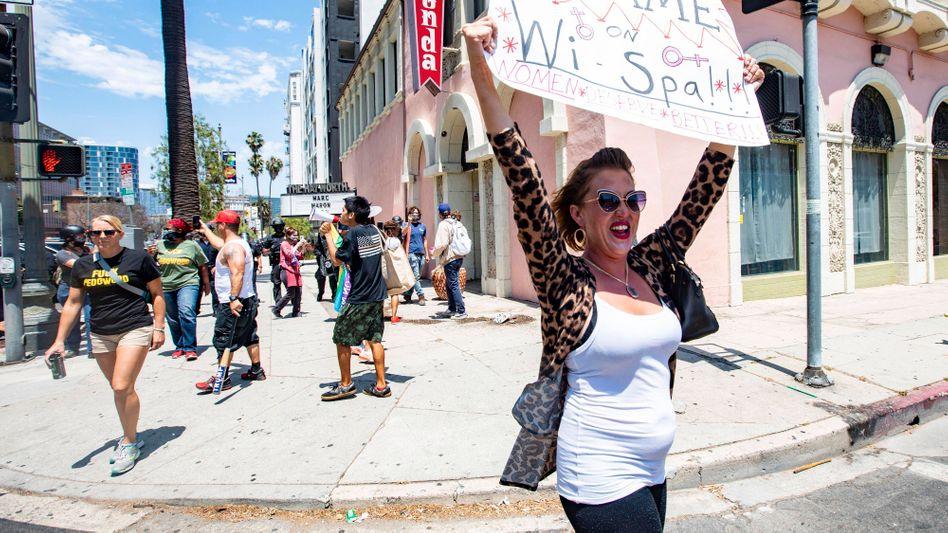 Eine Frau demonstriert, hier eine Aufnahme von Anfang Juli, gegen die Transfreundlichkeit des Spas