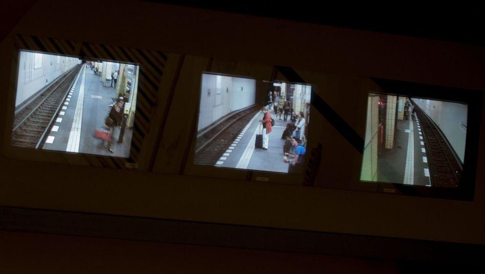 Bildschirme im U-Bahnhof Friedrichstraße: Zwei 18-Jährige traten brutal zu