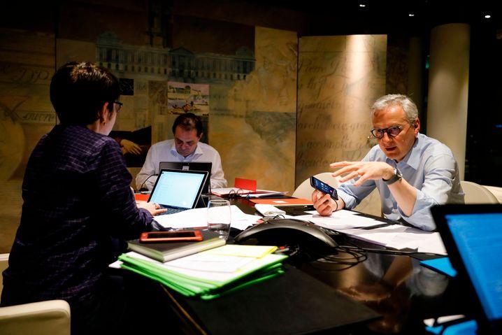 Frankreichs Finanzminister Le Maire im Telefongespräch mit Euro-Gruppen-Chef Centeno