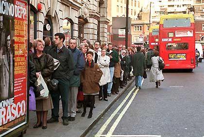 Queuing an einer Bushaltestelle in London: Auch nach der Mauteinführung kam es nicht zum befürchteten Chaos im öffentlichen Nahverkehr