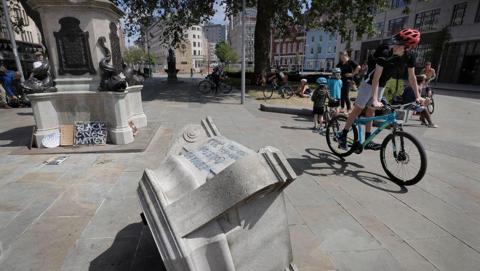 Gestürzter Sockel der Colston-Statue in Bristol