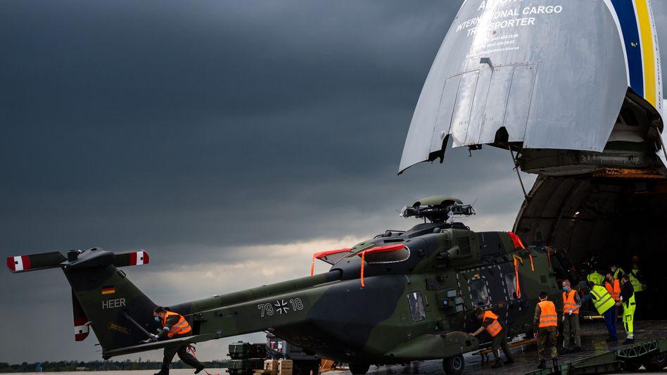 Ein Transporthubschrauber der Bundeswehr wird nach dem Rücktransport aus Afghanistan am Flughafen Leipzig entladen