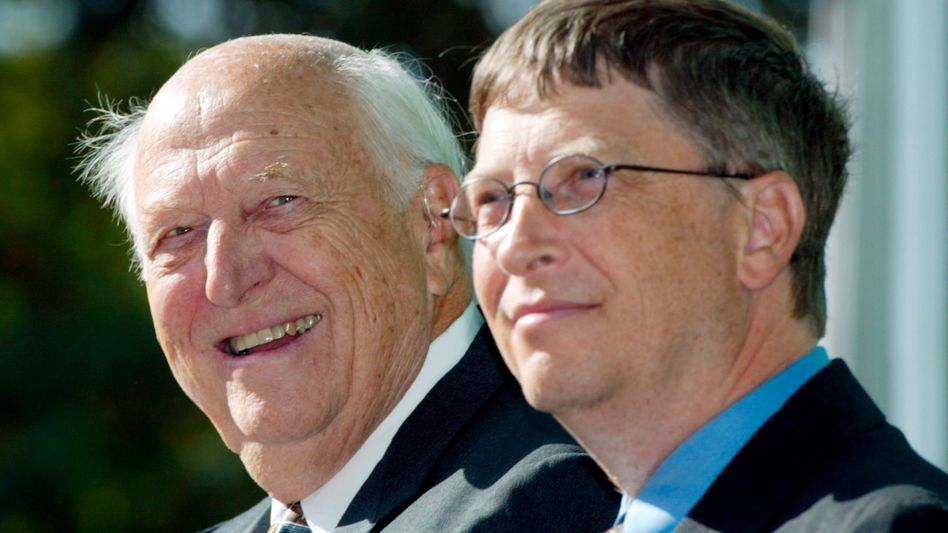 William H.Gatessenior (l.) mit seinem Sohn Bill (2003)