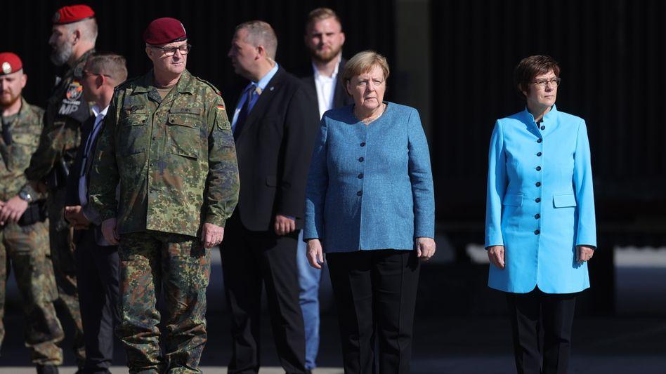 Merkel und Kramp-Karrenbauer in Seedorf