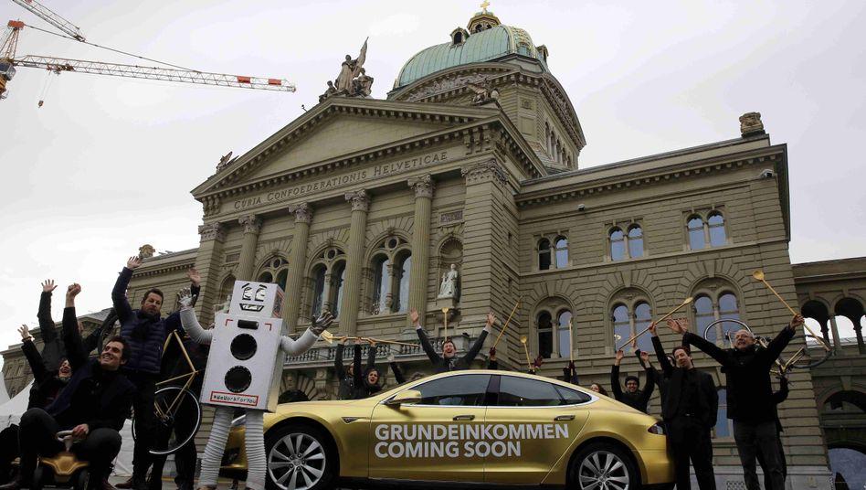 Grundeinkommens-Aktivisten vor Parlament in Bern: Abstimmung im Juni