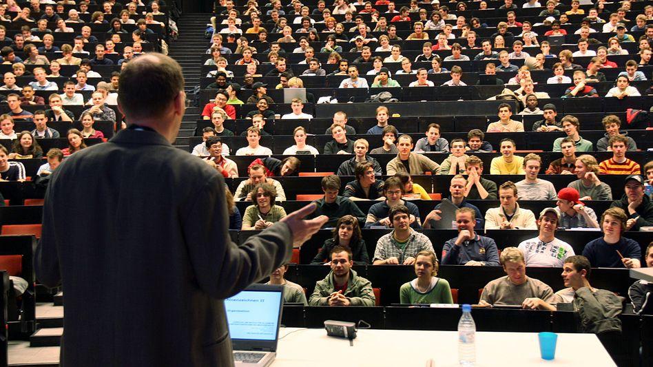 Professor vor Studenten: Sind 5400 Euro brutto wenig?