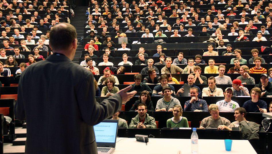Professor vor Studenten (Archiv): Wie viel Euro sind angemessen?