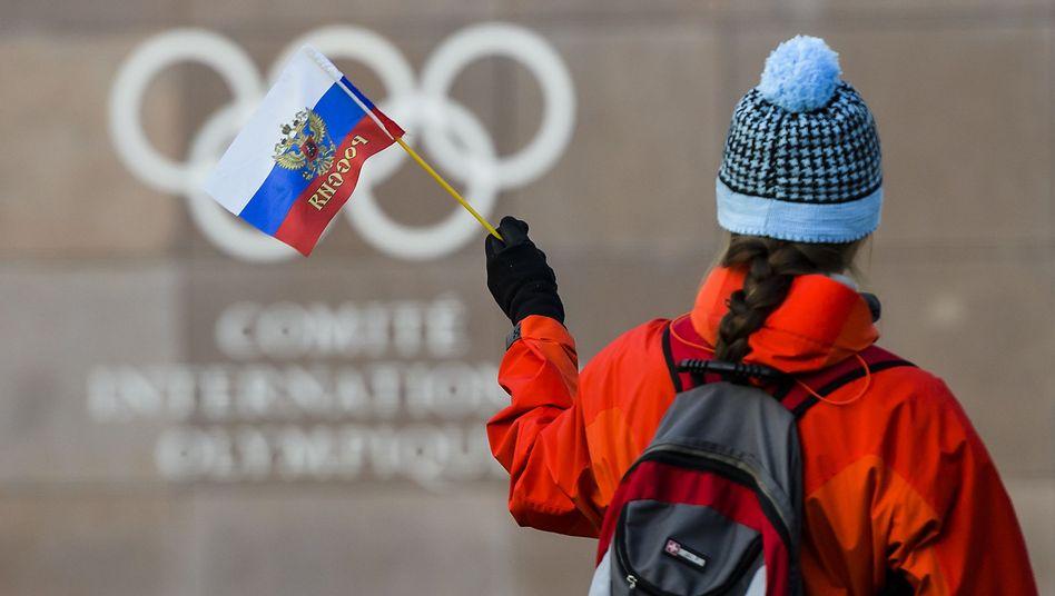 Russische Flagge vor dem IOC-Hauptquartier in Lausanne