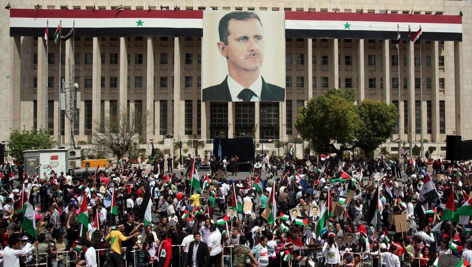 Pro-Assad-Demo in Damaskus (Anfang April): Waffenlieferung mit deutschem Schiff?