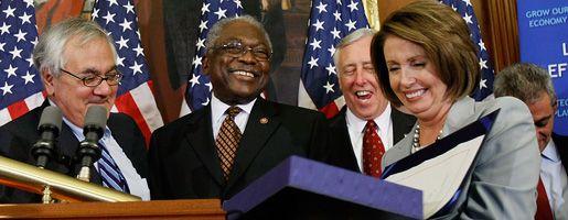 Die Sprecherin des US-Repräsentantenhauses, Nancy Pelosi, hält das Rettungspaket in den Händen: Die Sorge um die US-Wirtschaft hält jedoch weiterhin an