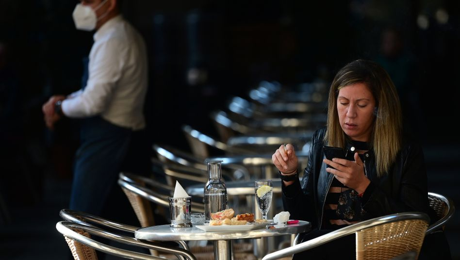 Fast leeres Restaurant in Barcelona (am 23. November): Staatliche Unterstützung ist noch länger nötig, meint der IWF