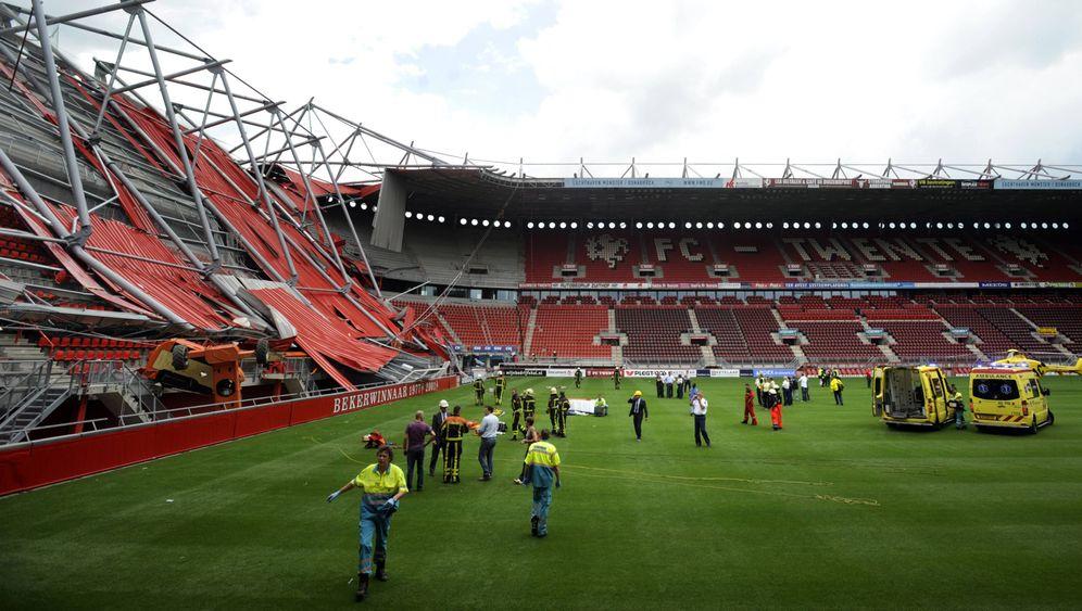 Enschede: Dacheinsturz im Fußballstadion