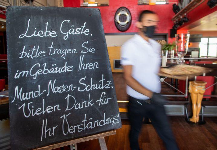 Restaurantbesuch in Deutschland: Ein Mund-Nasen-Schutz muss getragen und die Kontaktdaten auf einer Liste hinterlassen werden
