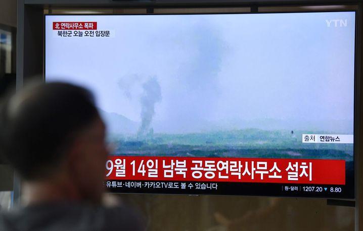 Das Fernsehen in Seoul zeigt Bilder des qualmenden Verbindungsbüros