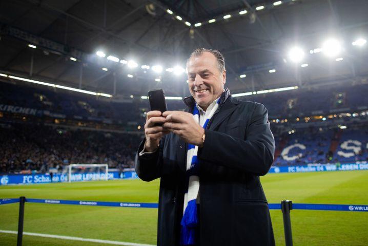 Schalke-Boss Clemens Tönnies darf wieder Selfies im Stadion machen