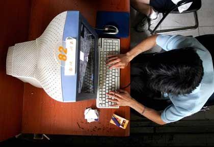 Internet-Nutzer in einem Pekinger Café: Der Staat hat die Aufsicht