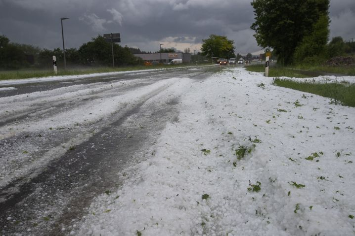 Kirchheim unter Teck: Straße mit Hagelkörnern bedeckt