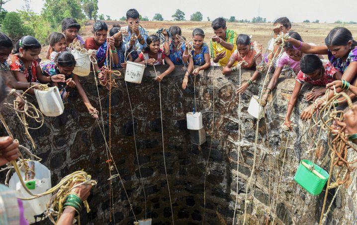 Wochenlange Dürre: Kinder beim Wasserholen in Shahapur, südwestlich von Mumbai