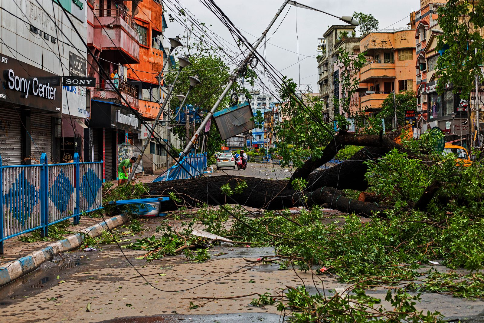Cyclone disaster in Kolkata Amphan Cyclone effectively made a landfall in Kolkata in late afternoon lasted for four hou